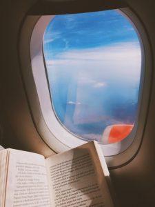 ventana avion con libro